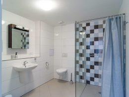Prostorná koupelna v apartmánu 2+kk