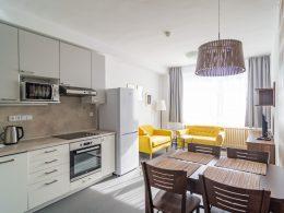 Obývací pokoj a kuchyň v apartmánu 3+kk