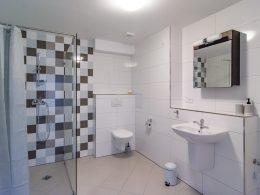 Prostorná koupelna v apartmánu 3+kk